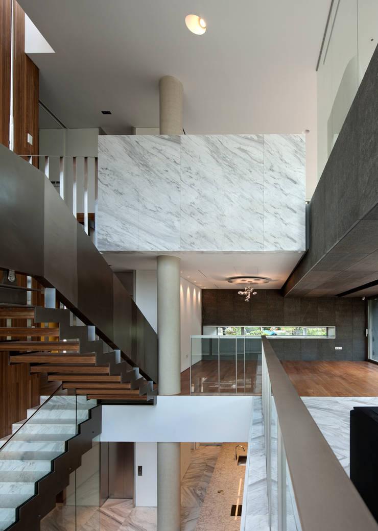Corridor & hallway by L'eau Design, Modern