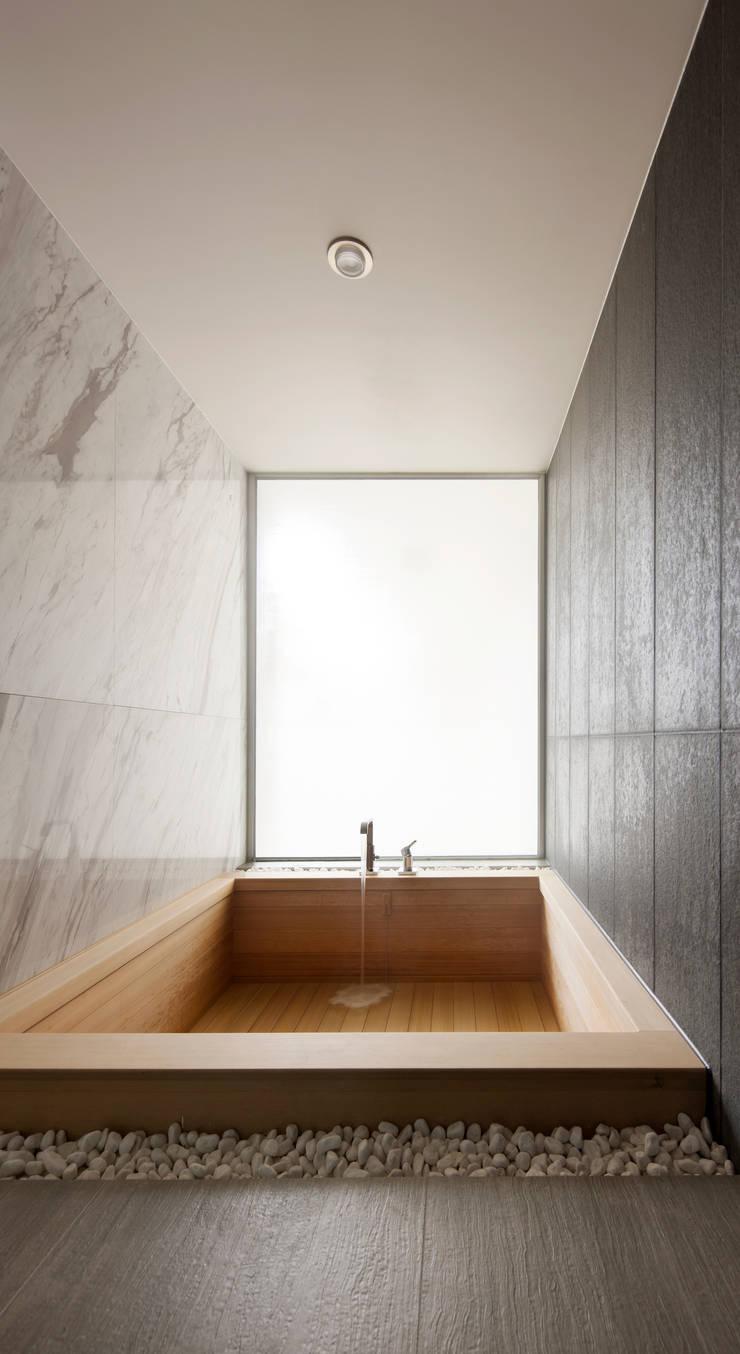 커스토마이집 (과천 단독 주택): L'eau Design의  욕실,