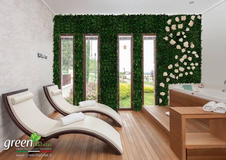 CENTRO BENESSERE CON GIARDINO VERTICALE: Bagno turco in stile  di Green Habitat s.r.l.