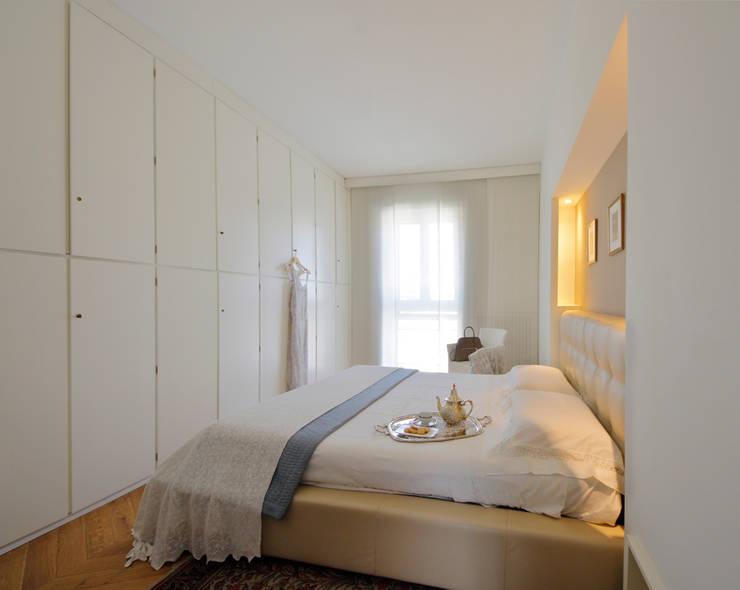 Red Passion: Camera da letto in stile in stile Minimalista di studio ferlazzo natoli