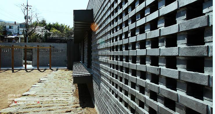 외벽 패턴: 이이케이 건축사사무소의  주택,