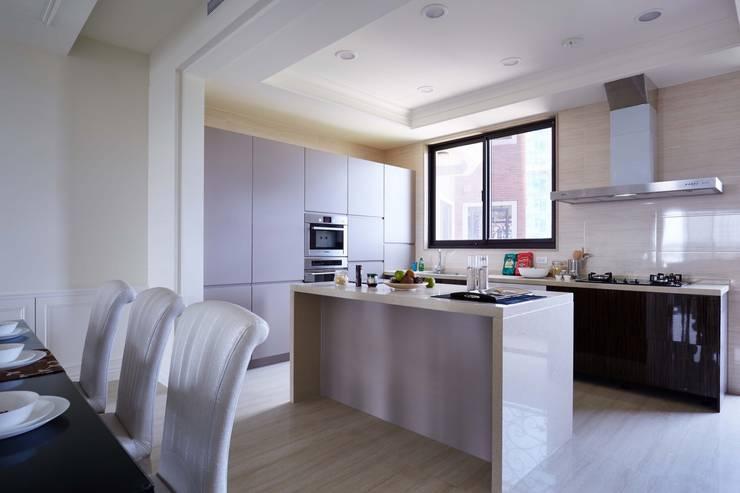 廚房一字型的配置不僅美觀:  飯店 by 雅和室內設計