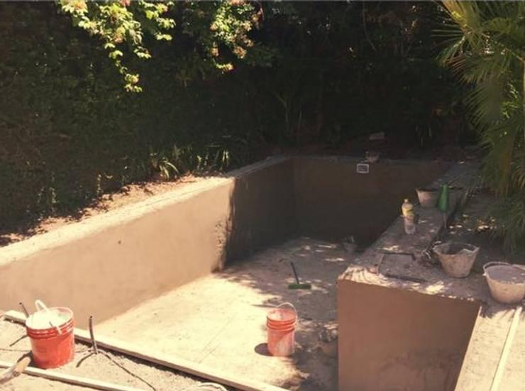 Proceso de construccion de Pileta: Piletas de jardín de estilo  por M2 Arquitectura,Moderno