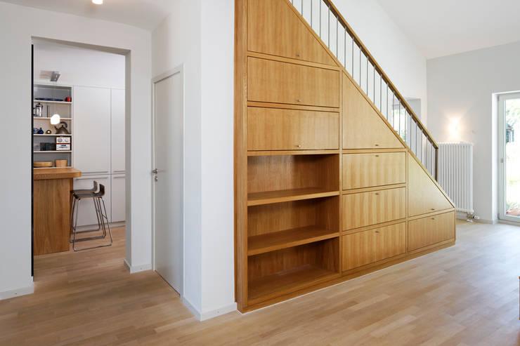 Regaltreppe:  Treppe von Grotegut Architekten