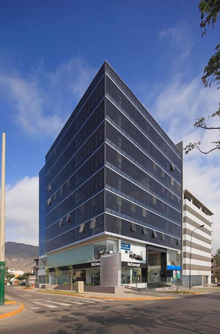 Tipología: Oficinas Ubicación: Av. Encalada, Surco, Lima-Perú Cliente: Edificios s.a Info: http://www.centroempresarialamalfi.pe/ : Oficinas de estilo  por bvtarquitecto,