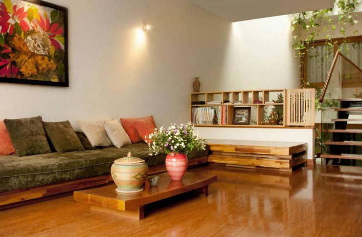 Phòng sinh hoạt chung và bếp ăn liên thông qua không gian thông tầng.:  Phòng khách by Công ty TNHH Thiết Kế Xây Dựng Song Phát