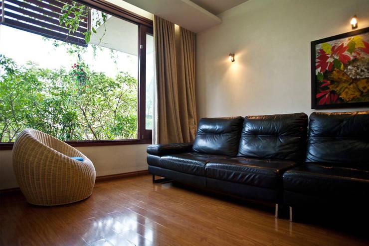 Phòng sinh hoạt chung mở ra một khu vườn nhỏ.:  Phòng khách by Công ty TNHH Thiết Kế Xây Dựng Song Phát
