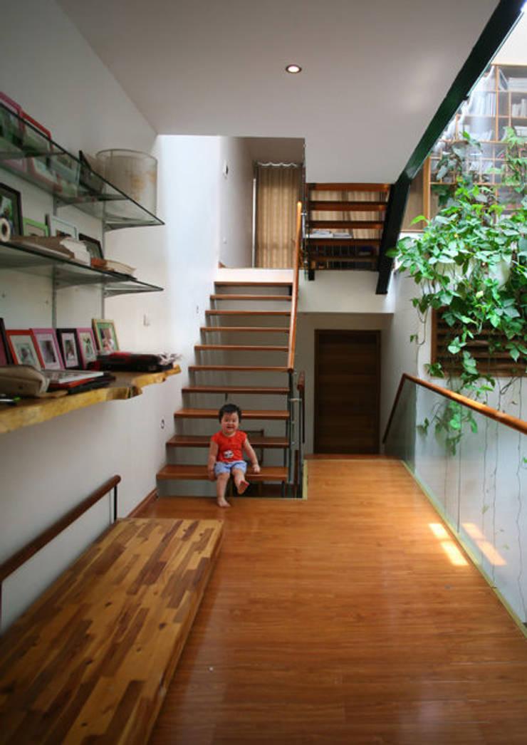 Cầu thang có dạng tấm gỗ thoáng.:  Hành lang by Công ty TNHH Thiết Kế Xây Dựng Song Phát