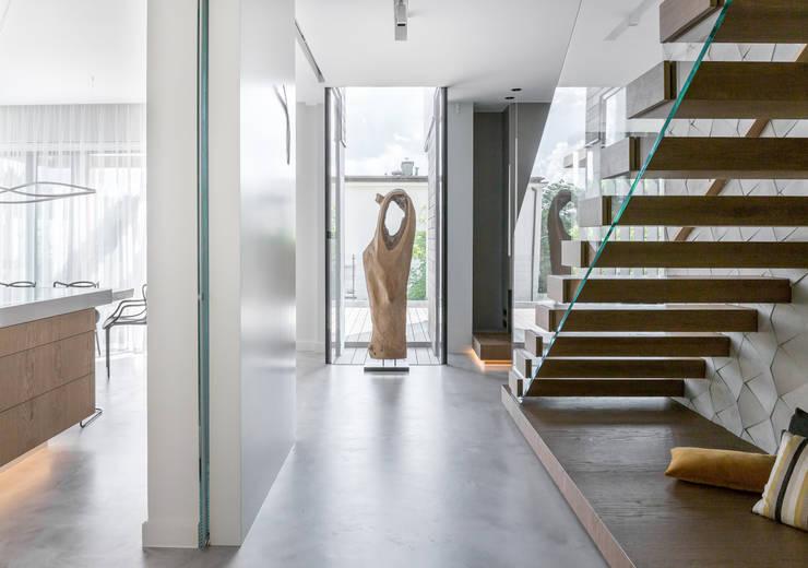 ห้องโถงทางเดินและบันไดสมัยใหม่ โดย formativ. indywidualne projekty wnętrz โมเดิร์น