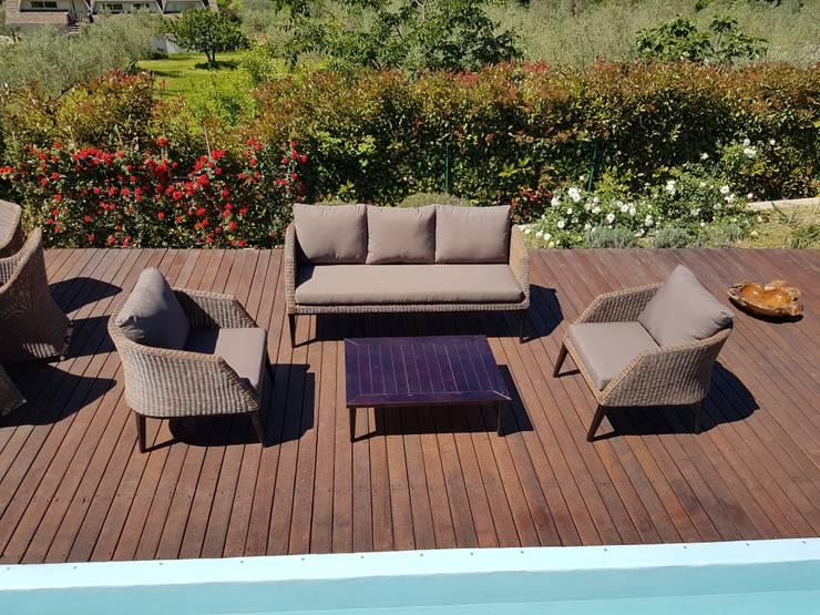 Salotto in rattan sintetico di design con gambe e tavolo in legno di acacia finitura wengè: Giardino in stile  di Uniko
