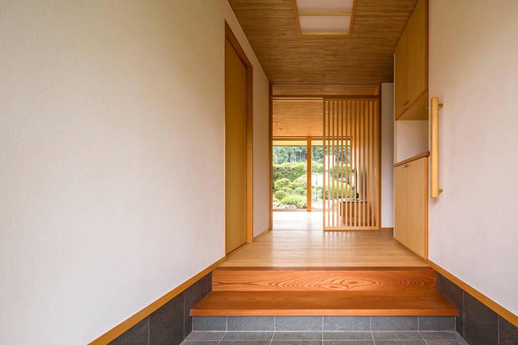 Pasillos y vestíbulos de estilo  de 中山大輔建築設計事務所/Nakayama Architects,