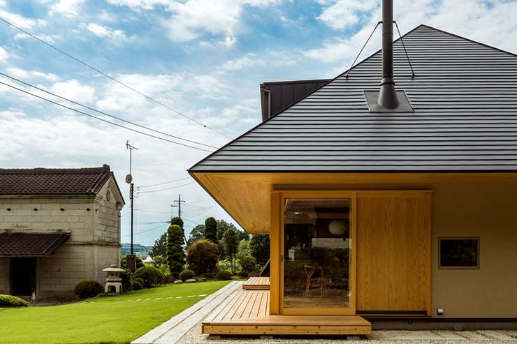 Casas unifamilares de estilo  de 中山大輔建築設計事務所/Nakayama Architects,