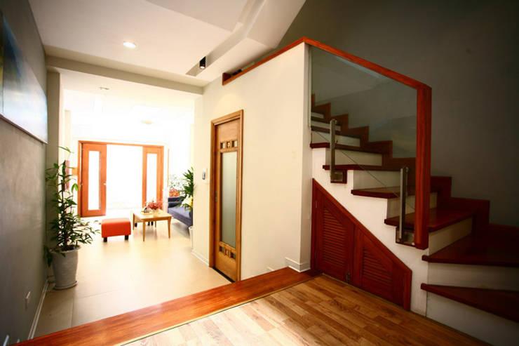 Ngôi Nhà 4 Tầng 45m2 Thông Thoáng Nhờ Thiết Kế Giếng Trời Thông Minh:  Cầu thang by Công ty TNHH Xây Dựng TM – DV Song Phát