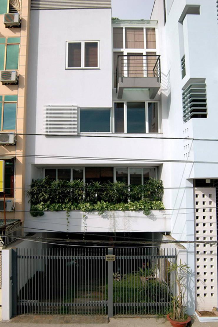 Nhà phố 5 tầng với không gian mang âm hưởng hiện đại.:  Nhà gia đình by Công ty TNHH TK XD Song Phát