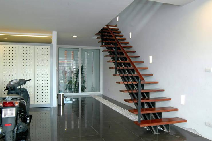 Tầng 1 dành làm chỗ để xe và phòng của người giúp việc phía sau nhà.:  Cửa kinh by Công ty TNHH TK XD Song Phát