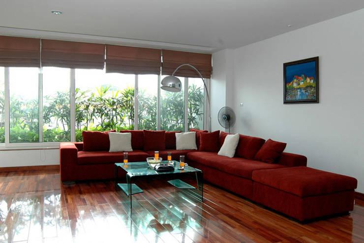Bồn cây xanh kéo dài theo mặt tiền có tác dụng ngăn bụi, ồn và trang trí.:  Phòng khách by Công ty TNHH TK XD Song Phát