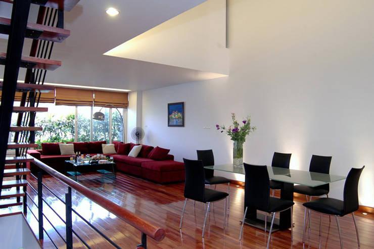 Phòng khách được kết nối với khu vực cầu thang.:  Phòng khách by Công ty TNHH TK XD Song Phát