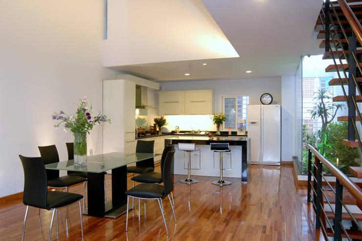 Gam màu trắng – đen tối giản trong bài trí nội thất cho phòng bếp.:  Phòng ăn by Công ty TNHH TK XD Song Phát