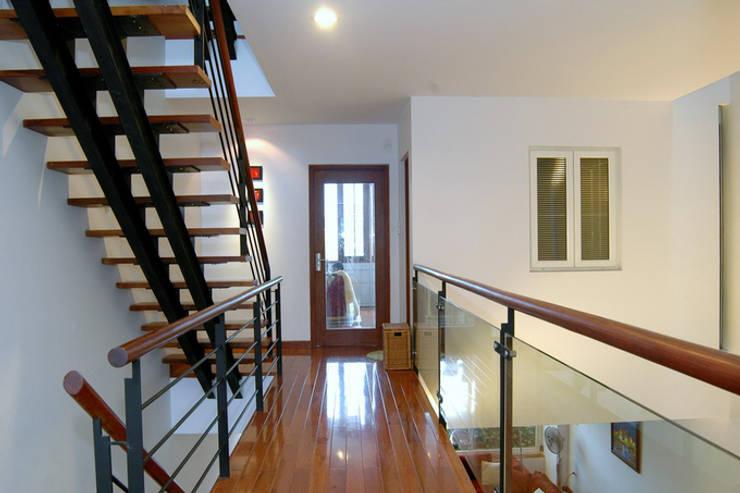 Sự nhẹ nhàng của thiên nhiên và điểm nhấn hình khối tạo ấn tượng cho ngôi nhà.:  Hành lang by Công ty TNHH Thiết Kế Xây Dựng Song Phát