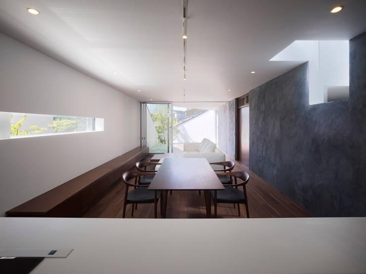 TY 光が降り注ぐテラスのある家: 山縣洋建築設計事務所が手掛けたダイニングです。