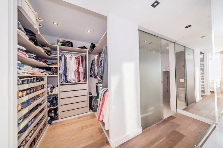 modern Dressing room by DOMUS NOVA