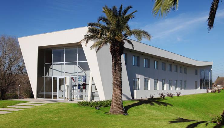 BS.AS. FOOTBALL: Bares y Clubs de estilo  por Speziale Linares arquitectos,Moderno