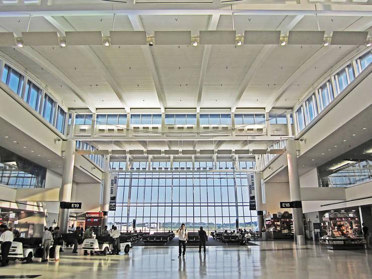 Bush Intercontinental Airport - Terminal E: Aeropuertos de estilo  por Sevita +studio