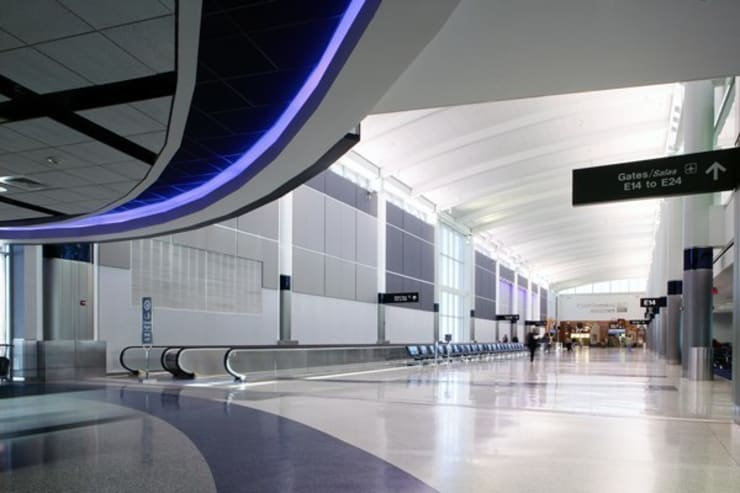 Bush Intercontinental Airport – Terminal E: Aeropuertos de estilo  por Sevita +studio