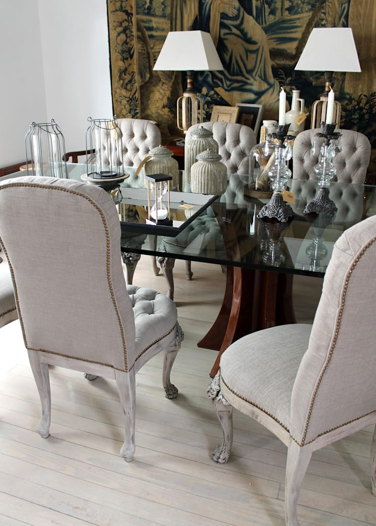 Mesa con base estrella & sillas clásicas pata garra.: Comedores de estilo  por K&M CASA,