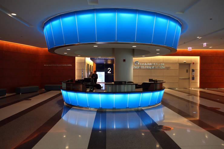 Children's Memorial Hospital: Hospitales de estilo  por Sevita +studio,
