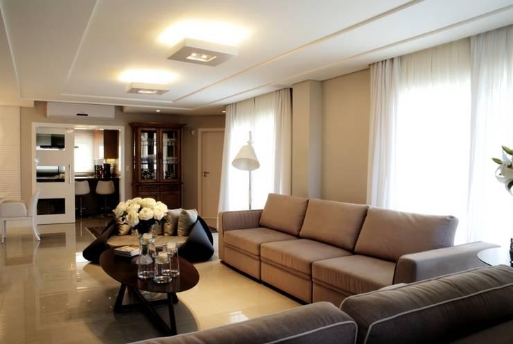 REFORMA RADICAL: Salas de estar  por Maciel e Maira Arquitetos