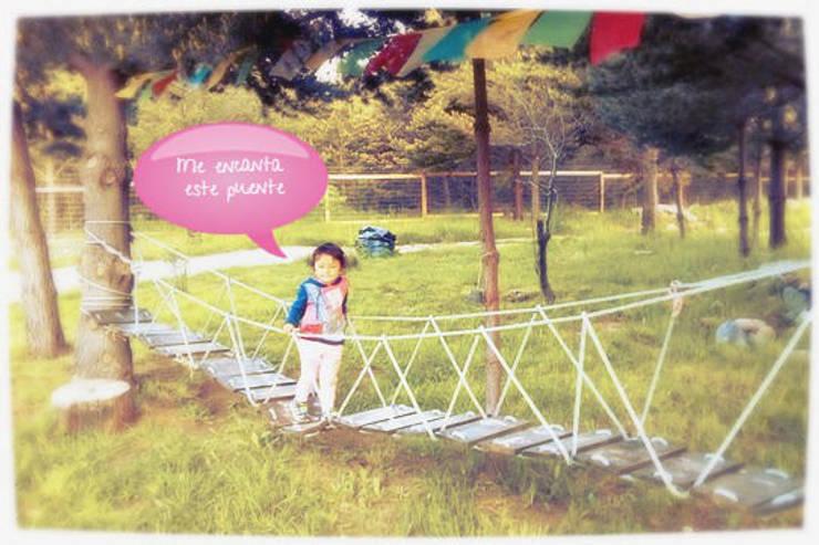 Puente colgante infantil: Antejardines de estilo  por casa rural - Arquitectos en Coyhaique
