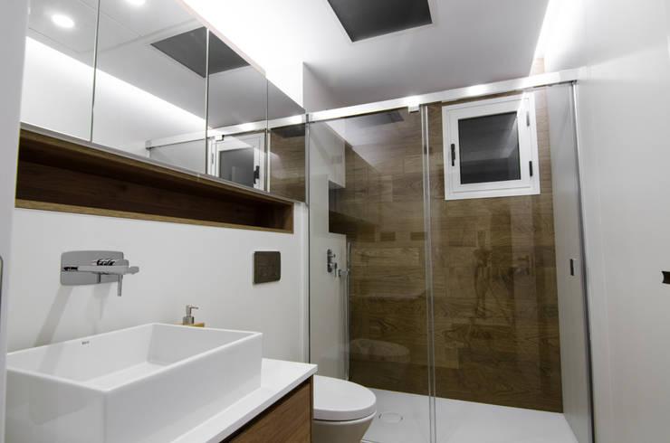 Bathroom by CARMAN INTERIORISMO
