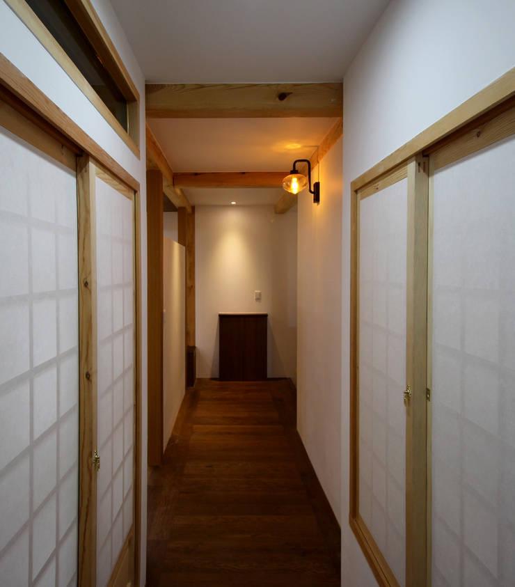 Asian style corridor, hallway & stairs by 디자인 스루딥 Asian