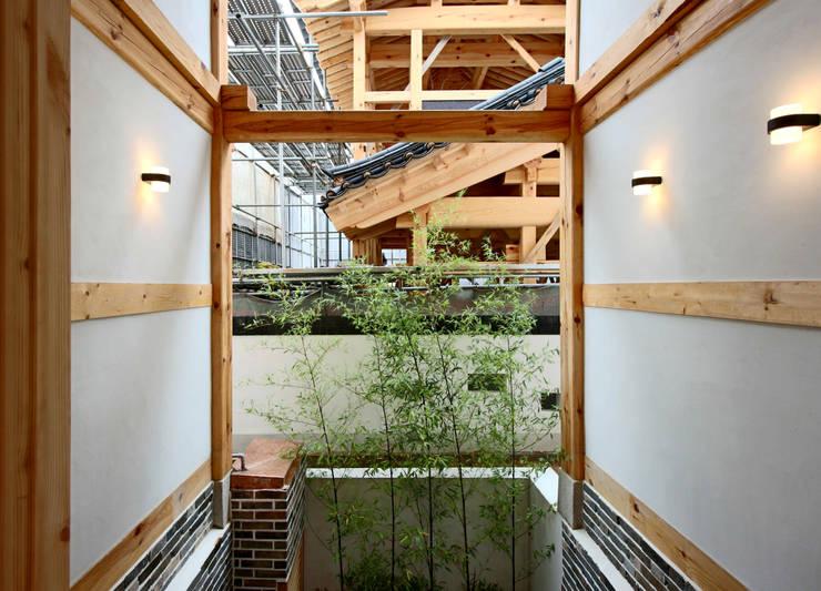 4인 가족을 위한 2층 현대 한옥: 디자인 스루딥의  실내 정원