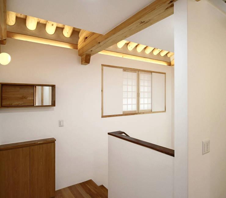 4인 가족을 위한 2층 현대 한옥: 디자인 스루딥의  복도 & 현관
