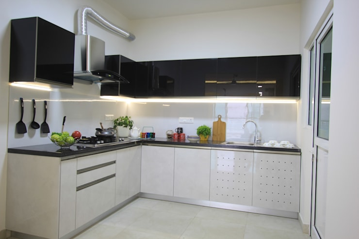 Mr. Motwani's Residence:  Kitchen by Creative Geometry