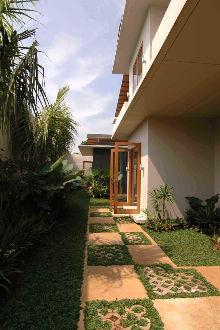 Residential_Landed_Semi-Detached House:  Taman by daksaja architects and planners