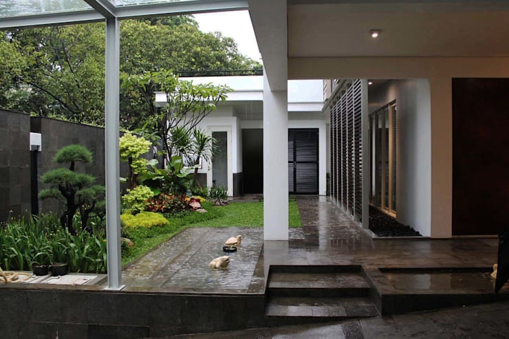Residential_Landed_Semi-Detached House:  Teras by daksaja architects and planners