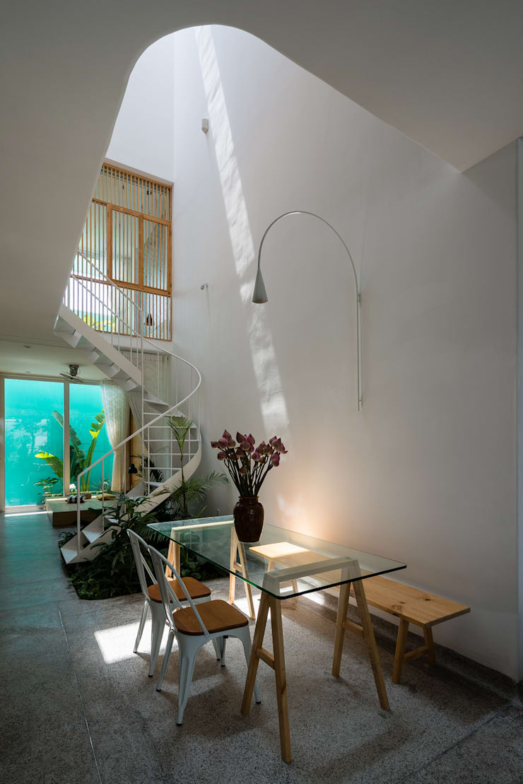 LESS house :  Hành lang by workshop.ha