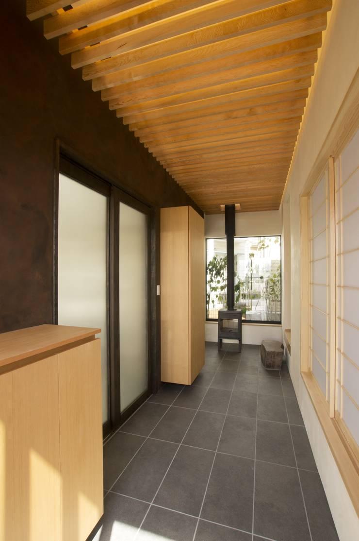 ระเบียงและโถงทางเดิน โดย (有)中尾英己建築設計事務所, โมเดิร์น