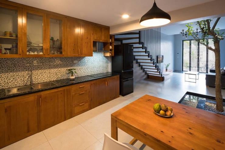 Không gian được thiết kế theo xu hướng tối giản với nội thất gọn nhẹ.:  Bếp xây sẵn by Công ty TNHH Thiết Kế Xây Dựng Song Phát