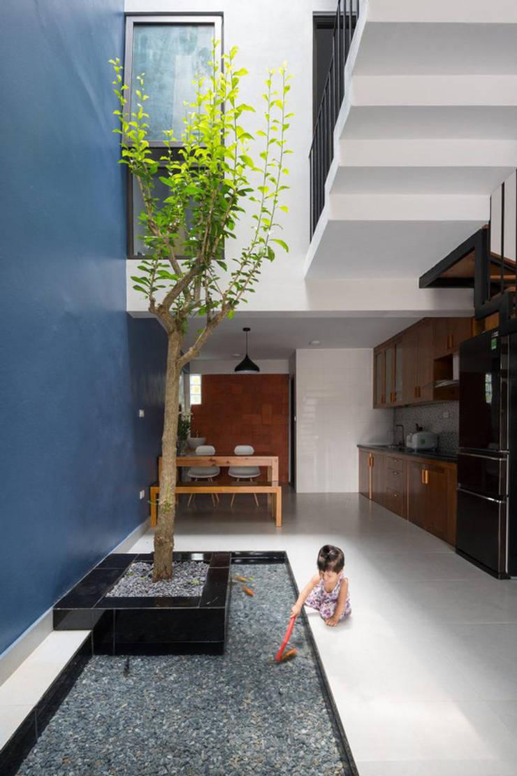 Đây cũng là góc vui thoải mái dành cho bé.:  Hành lang by Công ty TNHH Thiết Kế Xây Dựng Song Phát