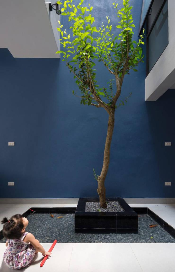 Khoảng vườn nhỏ sẽ mang đến không khí trong lành đảm bảo sức khỏe cho bé.:  Vườn đá by Công ty TNHH Thiết Kế Xây Dựng Song Phát