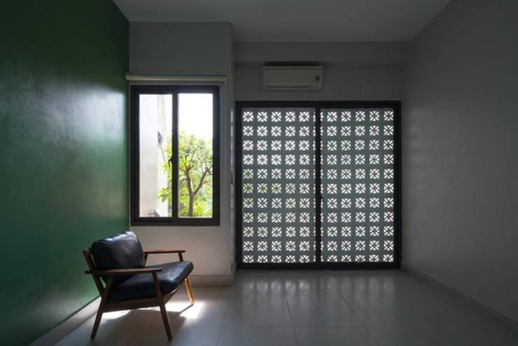 Chi phí xây dựng không quá cao, nhưng sự khéo léo đã mang đến không gian hiện đại.:  Phòng ngủ by Công ty TNHH Thiết Kế Xây Dựng Song Phát