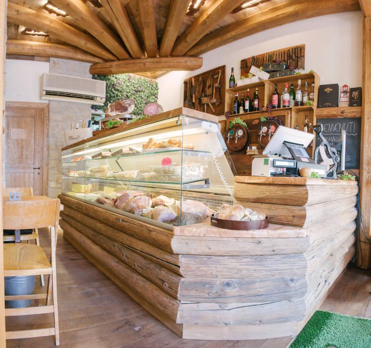 Il bancone di vendita e cassa.: Negozi & Locali Commerciali in stile  di Fab Arredamenti su Misura