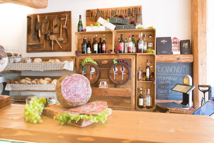 Retro banco: Negozi & Locali Commerciali in stile  di Fab Arredamenti su Misura