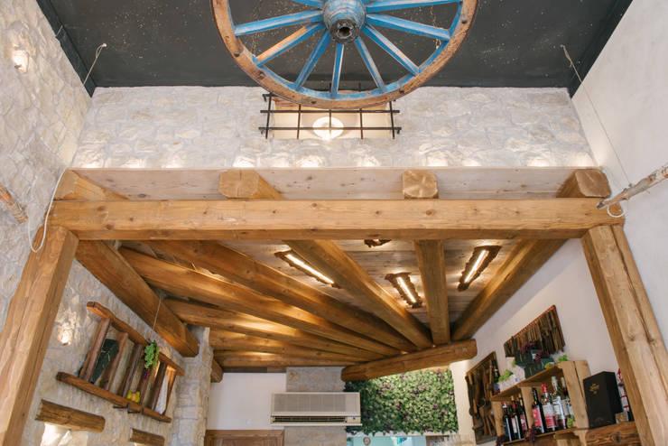Soffitto: Negozi & Locali Commerciali in stile  di Fab Arredamenti su Misura