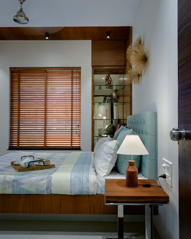 Master bedroom:  Bedroom by Space It Up