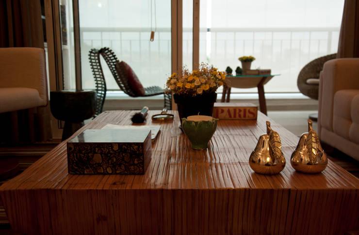 PROJETOS DE INTERIORES RESIDENCIAIS Salas de estar modernas por okna arquitetura Moderno Derivados de madeira Transparente